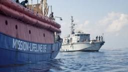 Odmietli prijať loď s migrantmi. Neľudské, tvrdí taliansky minister