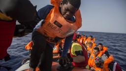 Spor pre 50 migrantov. Krajiny za nich nechcú niesť zodpovednosť