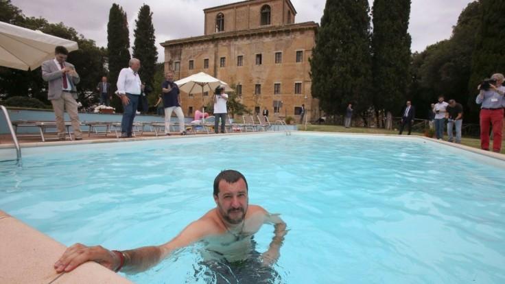 Salvini sa vykúpal v bazéne mafiána, pre zločincov má odkaz