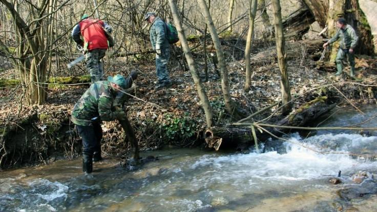 Bezvládne telo Slováka našiel v potoku náhodný okoloidúci