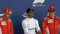 F1: Hamilton odštartuje z prvého miesta, bude čeliť tlaku Ferrari