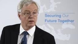 Tvrdá rana pre Mayovej vládu. Britský minister pre brexit rezignoval