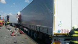 Diaľnicu do Bratislavy po tragickej nehode kamiónov uzatvorili