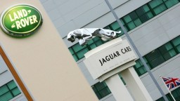 Tvrdý brexit sa dotkne firmy Jaguar, môže prísť o miliardu eur