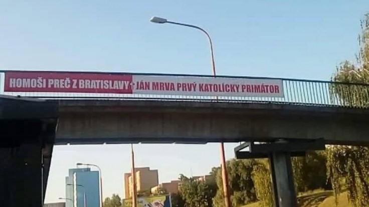 Homoši, preč z Bratislavy? Polícia rieši transparenty s menom politika