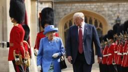 Trump a Melania navštívili kráľovnú na hrade, pozvala ich na čaj