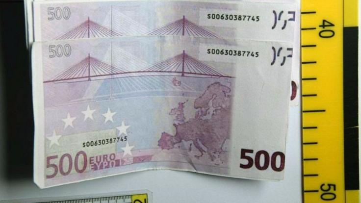 Mladí vyrábali eurobankovky vo veľkom, pri platení pohoreli