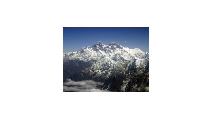 Pri veternej smršti na Mount Evereste zahynul horolezecký tím