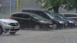 Západ Slovenska zasiahli búrky, neodolala strecha ani stromy