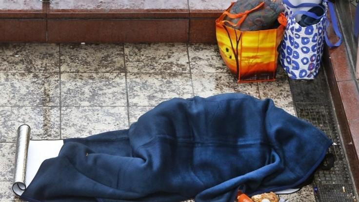 Bezdomovcov na stanici niekto podpálil, ich stav je vážny