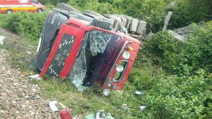 Na Hornej Nitre vrazil vlak do nákladného auta, zranili sa dvaja ľudia