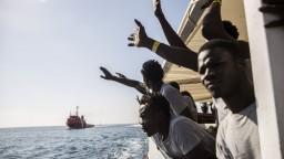 Talianska vláda dočasne poľavila, migrantov zo Stredozemného mora prevezme