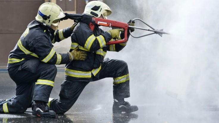 Požiar v ubytovni zmobilizoval hasičov, neprežil jeden človek