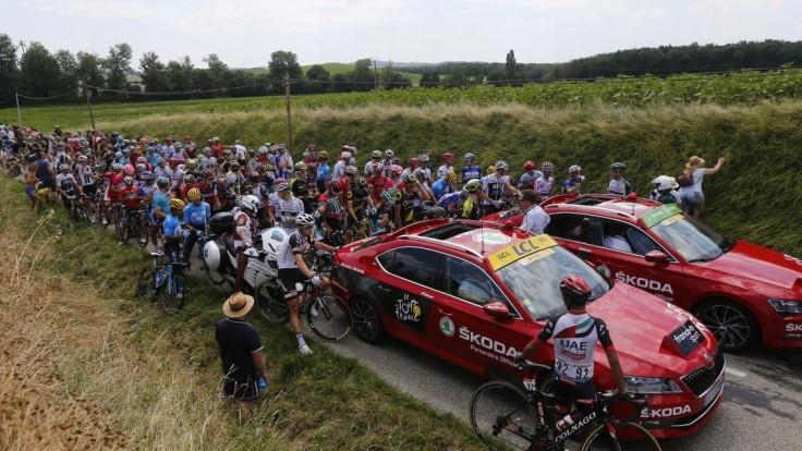 Štrajk farmárov spôsobil cyklistom problémy, pelotón úplne odstavil