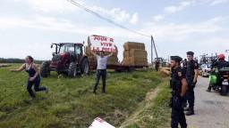 Fotogaléria: Farmári zablokovali Tour de France, zastavili aj lídrov