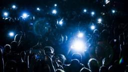 Na koncerte objala speváka, hrozí jej väzenie a mastná pokuta