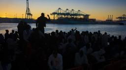 Migranti sa dostali do enklávy Ceuta, zaútočili aj na policajtov