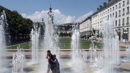 Európa zažíva horúčavy, Kyjev po zrážkach pripomína Benátky