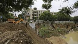 Indiu trápia monzúnové dažde. Ohrozujú životy i vzácne pamiatky