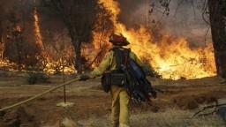 Kaliforniu sužujú rozsiahle lesné požiare, zahynuli aj deti