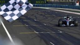 F1: V Maďarsku triumfoval Hamilton, zúžitkoval štart z pole position