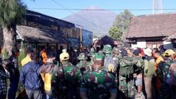 Zemetrasenie v Indonézii poničilo cesty, pátracie akcie pokračujú