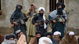 Bojovníci Islamského štátu sa vzdali vláde, ustupujú pred Talibanom