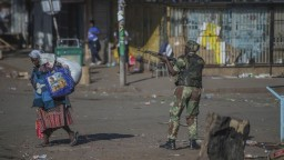 Ľudia v Zimbabwe utekali pred armádou, demonštráciu rozháňala paľbou