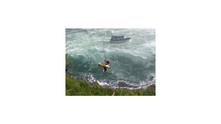 Muž skočil do Niagarských vodopádov, ale prežil