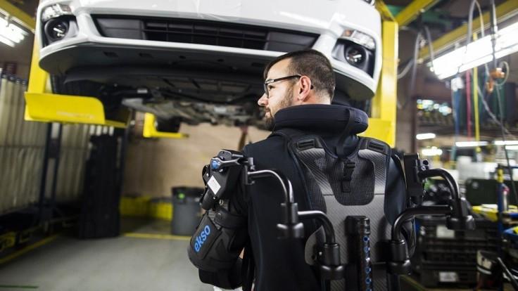 Ford celosvetovo zavádza exoskeletony pre zmiernenie únavy pracovníkov