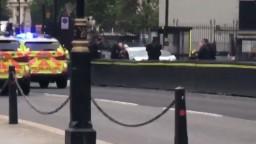 Do zábran pred britským parlamentom v Londýne narazilo vozidlo