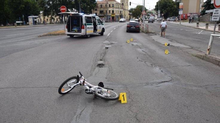 Pri nehode zahynulo malé dievčatko, na ceste zostal bicykel