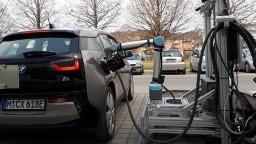 Rakúšania vyvíjajú robotický systém rýchleho nabíjania elektromobilov