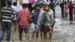 Indiu sužujú monzúnové dažde, spôsobili rozsiahle záplavy