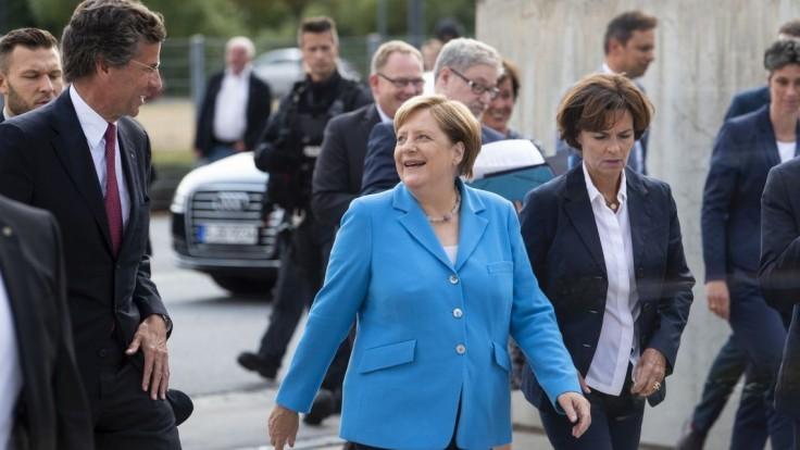 Vypadni, privítali Merkelovú demonštranti v Drážďanoch