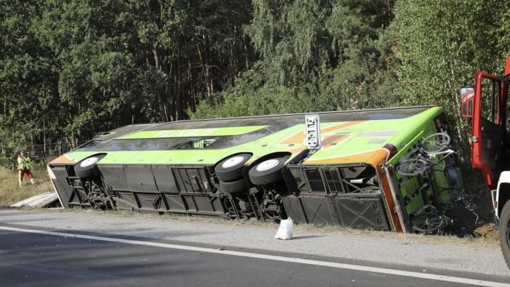 V Nemecku havaroval autobus, z neznámych príčin zišiel z diaľnice