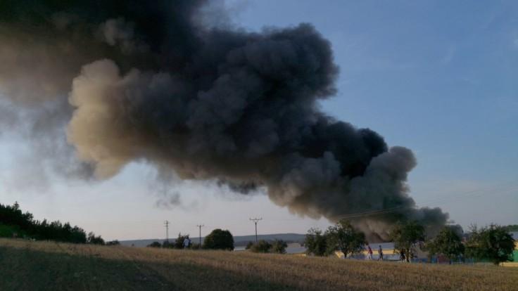 V Česku vypukol obrovský požiar haly, počas zásahu sa prepadla strecha
