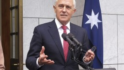 Turnbull obhájil mandát, jeho vyzývateľ odstúpil z funkcie
