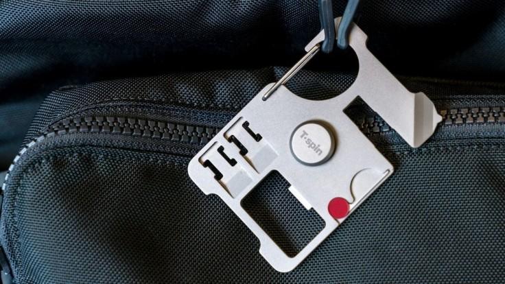 Titánový multifunkčný nástroj vám uľahčí cestovanie so smartfónom