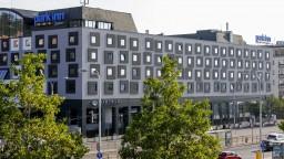 Bratislavčania sa nedočkali. Kritizovaná fasáda hotela zatiaľ zostáva