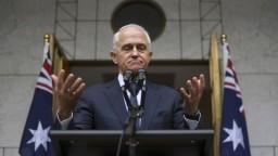 Prežil hlasovanie, stráca podporu ministrov. Turnbull možno končí