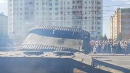 Na prehliadke, kam pozvali aj Putina, sa prevrátil tank
