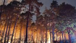 Zásah v horiacom lese komplikuje munícia, evakuovali stovky ľudí