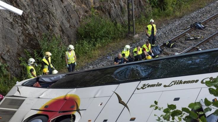 Autobus vrazil do áut a potom sa zrútil na koľaje, hlásia mŕtvych