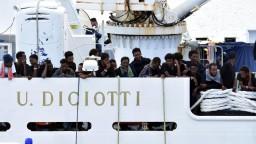 Spor Talianska a EÚ sa vyostruje, príčinou sú migranti na lodi