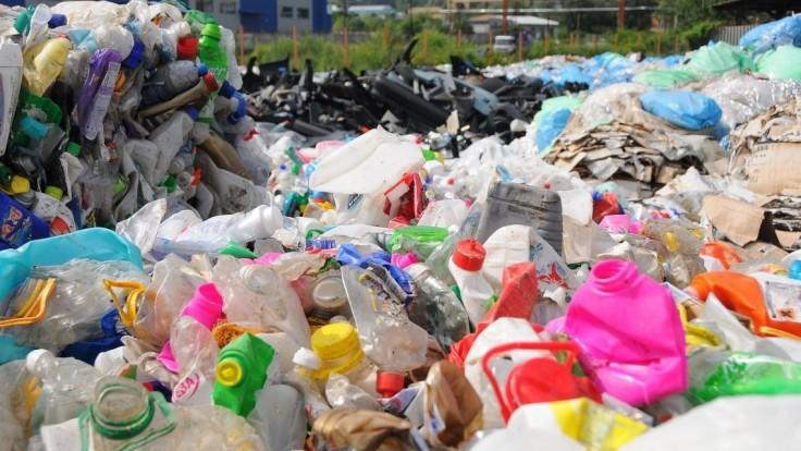 Slováci ročne použijú miliardu PET fliaš, desiatky ton končia v prírode