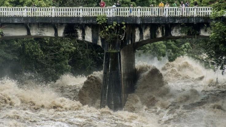 Hurikán na Havaji slabne. Stav ohrozenia platí, hrozia záplavy