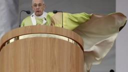 Pápež prosil o odpustenie za zneužívanie, tisíce ľudí aplaudovali