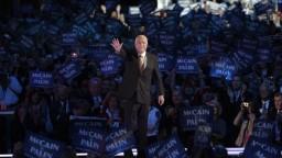 Hrdina, hovoria o zosnulom McCainovi. Sústrasť vyslovil aj Kiska