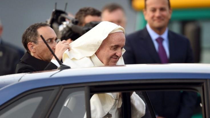 Pápež na Írov stále myslí, ľuďom bez domova venoval vzácny dar